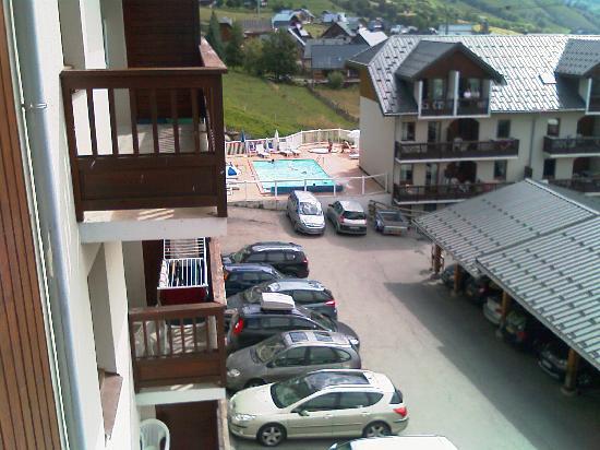 Résidence Odalys L'Ouillon : vue du balcon, on voit la piscine et le reste de la résidence.