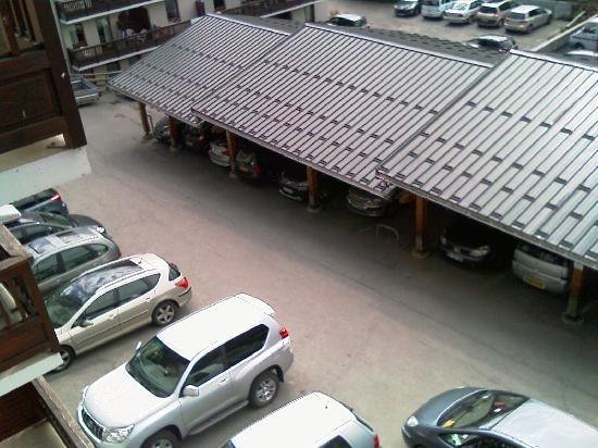 Résidence Odalys L'Ouillon : Parking couvert ou non. Attention aux poteaux! Les places sont petites.