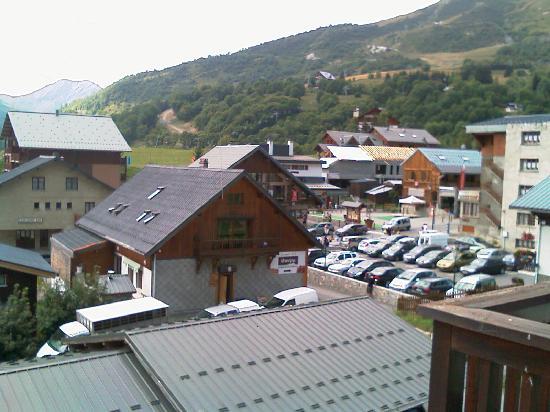 Résidence Odalys L'Ouillon : En bas, le toit du parking couvert. Le chalet du milieu, c'est la supérette et  la boucherie. Le
