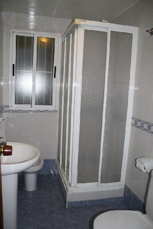 Hostal AB: Baño en pasillo a compartir