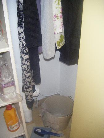 Lagrange Confort+ Residence Village Club de Camargue : Le placard ménager sert de penderie en même temps