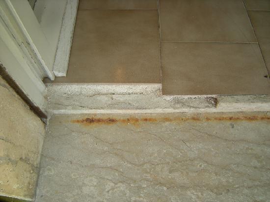 Pavimento con angolo vivo molto pericolo picture of - Hotel porta d oriente gallipoli telefono ...