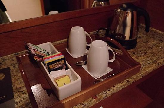 โรงแรมโซฟิเทล ลอนดอน ฮีทโทลว์: ソフィテル・ロンドンヒースロー、客室備え付けの電気ケトル、紅茶、コーヒー。