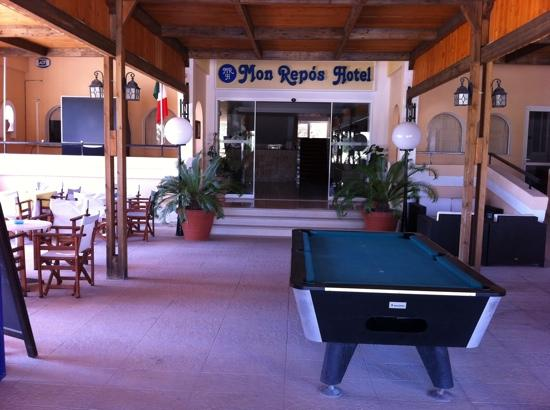 Mon Repos Villa - Hotel: Billiard table next to bar
