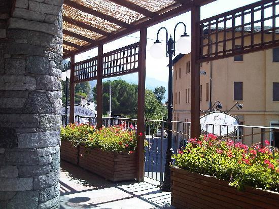 Relais Du Foyer Hotel Chatillon : Il piccolo portico di ingresso alla sala ristorante sotto