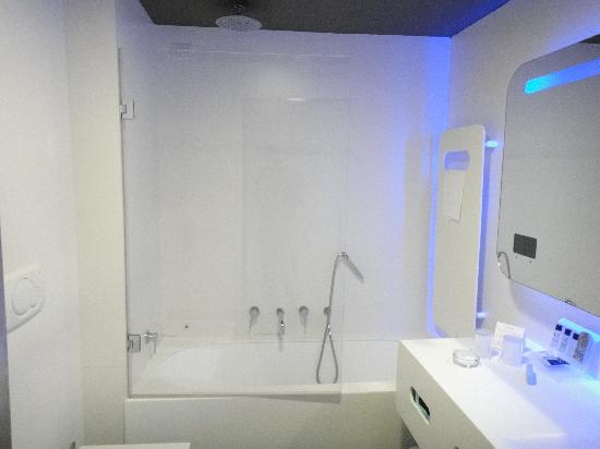 Hotel Londra: Bathroom from the 22nd century