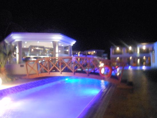 La Marquise Luxury Resort Complex: Bar de la piscine la nuit