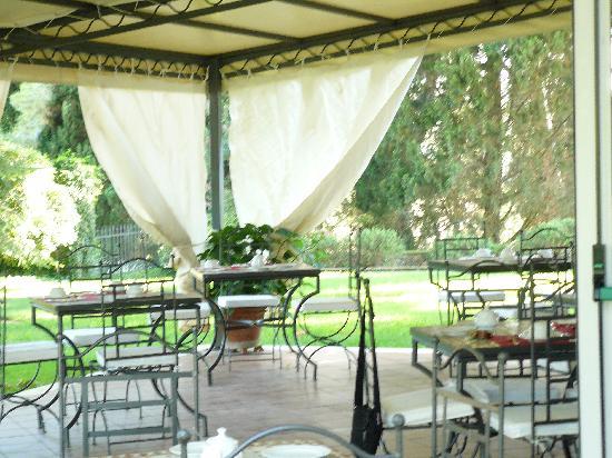Ghiaccio Bosco: la sala esterna da colazione.. gnamm sempre tutto ottimo e fatto in casa..