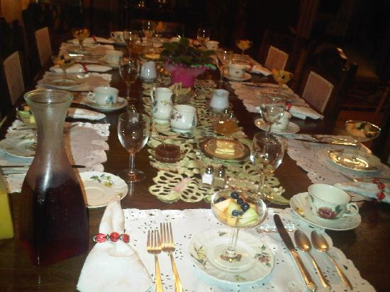 Sleepy Hollow Bed & Breakfast: BREAKFAST TABLE