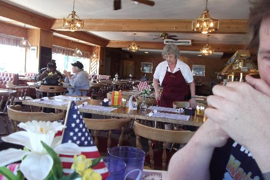 Embers Inn & Tavern : The almost empty dinning room