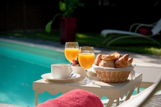 Le Manoir Saint Thomas: Petit déjeuner au bord de la piscine