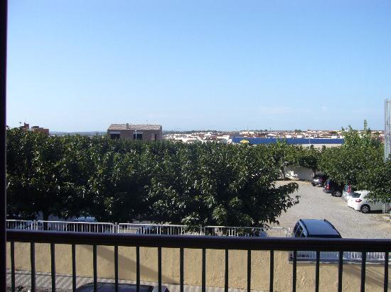 Hotel Trave: vue de notre chambre sur la campagne et l'un des 2 parkings