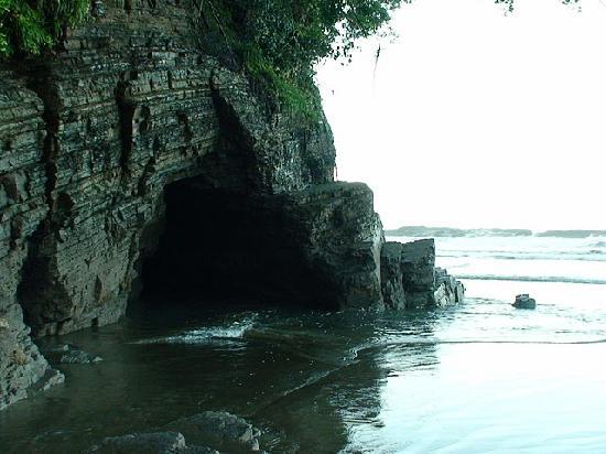 La Cusinga Eco Lodge: Cave at the end of the private beach.