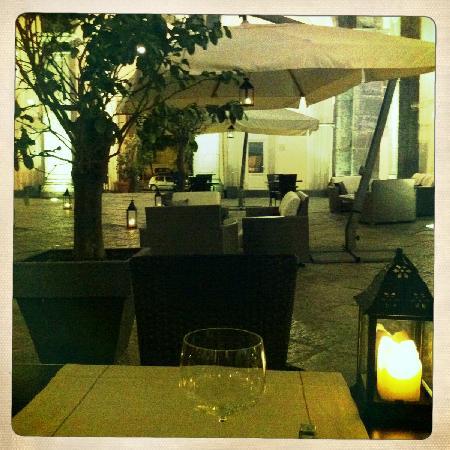 Palazzo Caracciolo Napoli MGallery by Sofitel: restaurant dans le patio
