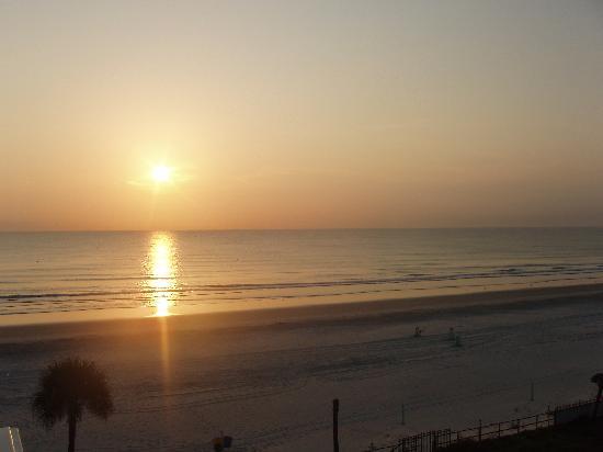Days Inn Daytona Oceanfront: sunrise, from balcony. south view