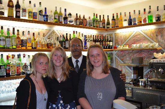 Hotel Garden: All girls liked the bartender !
