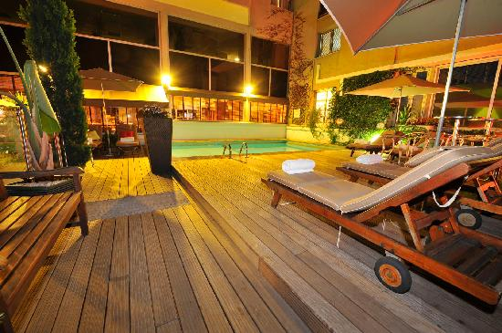 Mercure Cannes Croisette Beach: Swimming pool by night
