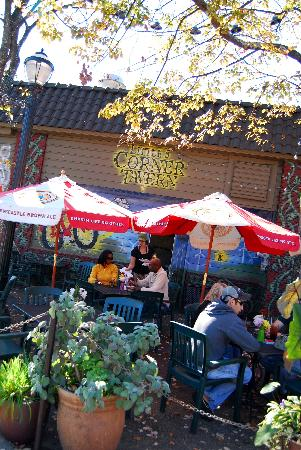 Little 5 Points Corner Tavern: Outdoor Seating