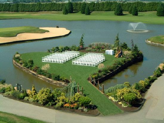 Mayfair Lakes Golf and Country Club: The heart-shaped wedding ceremony site at Mayfair Lakes