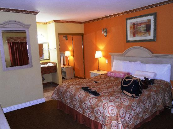 Glen Capri Inn & Suites - San Fernando Road: 1 King Bed Room