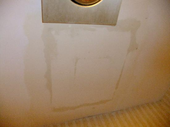 Quality Inn : the ceiling leaking on the toilet made using annoying and gross