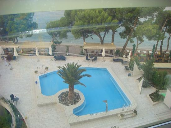 Makarska, Chorwacja: I love transparent elevator with the wonderful view of the swimming pool and sea!