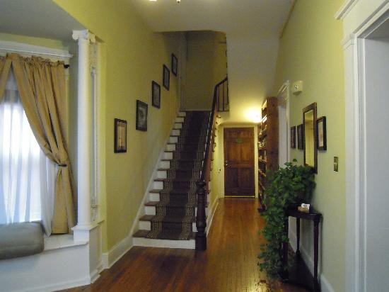 Bruce House Inn : Front halland staircase
