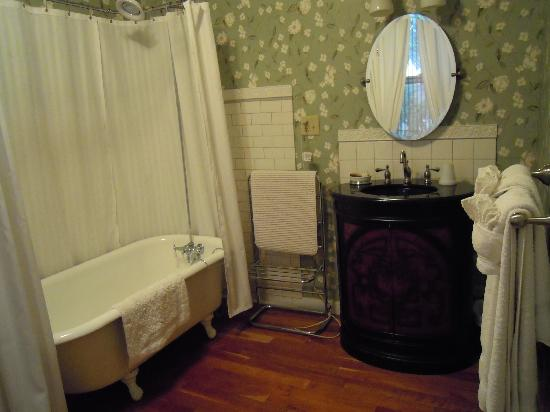 Bruce House Inn: Attached bath