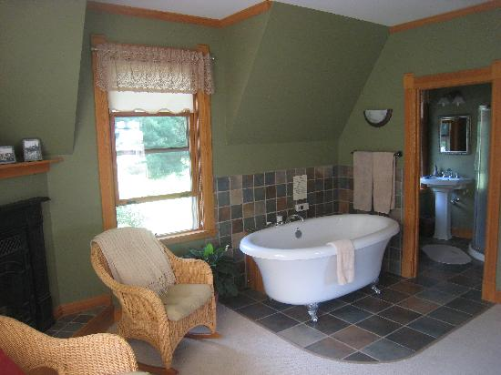 Pinehurst Inn: Fab jacuzzi tub and cute bathroom