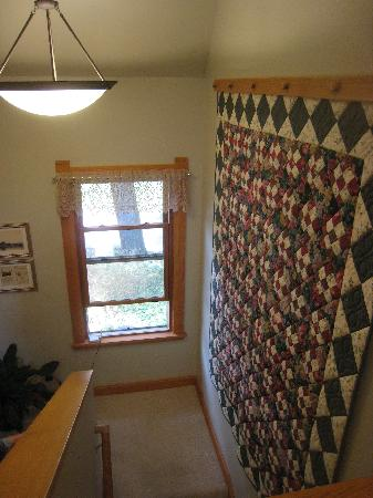 Pinehurst Inn: Beautiful quilt hangs in Garden house stairwell