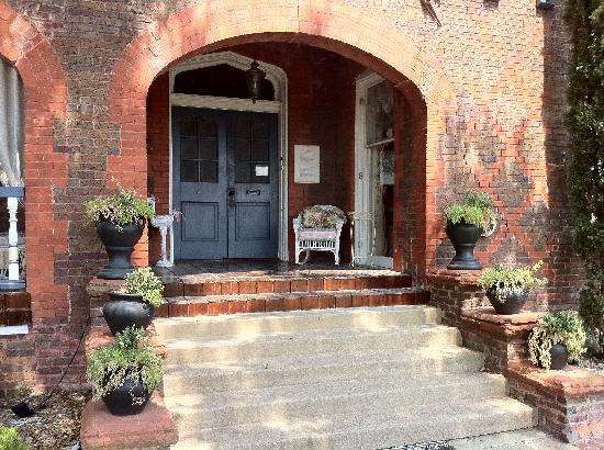 Lockheart Gables Romantic Bed & Breakfast: front door