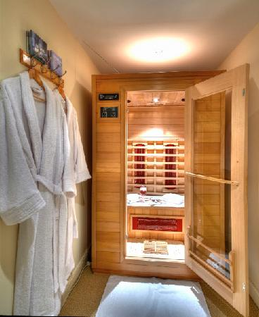 Sunset House B&B: Infrared 2 person sauna adjacent to gym
