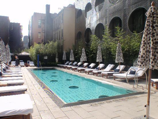 โรงแรมดรีมดาว์นทาว์น: beautiful pool