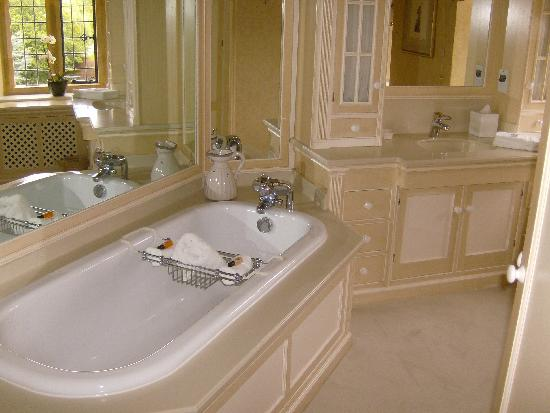 Mill Hay Country House: The charming bathroom of the Garden Suite.