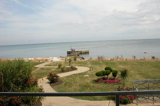 Sun and Surf Bed and Breakfast: View from the balcony overlooking lake Erie