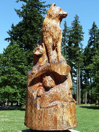 Holiday Motel & RV Resort: Chainsaw sculpture in Hope