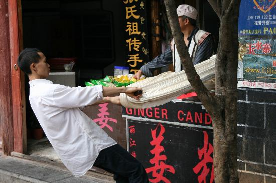 Lijiang Sanhe Hotel: ginger candy maker next door to hotel
