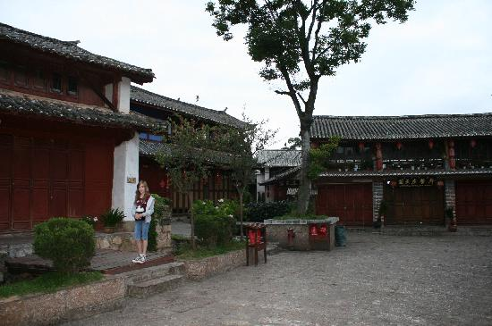 Lijiang Sanhe Hotel: Lijiang old town, early morning, from outside hotel