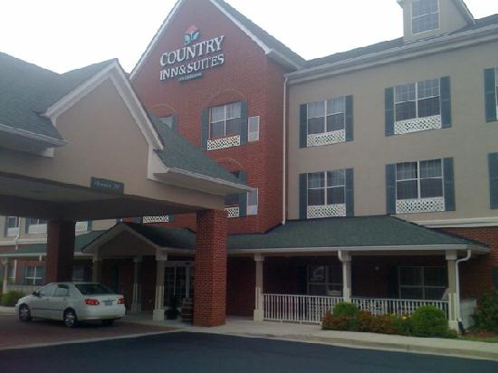 Country Inn & Suites By Carlson, Fairburn: Exterior was immaculate. Porch with rocking chairs