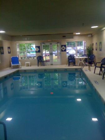 كنتري إن آند سويتس باي كارلسون فيربورن: maybe a dip in the pool or whirlpool sounds good