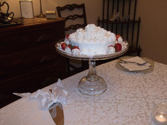 Bartee Meadow Bed and Breakfast: The cake she provided for our reception was the BEST I've ever tasted