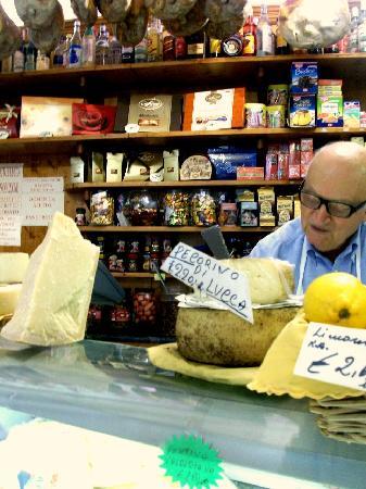 Villa Lombardi: Nära till mysiga mataffärer för godaste ostar, pasta och smakfulla grönsaker.