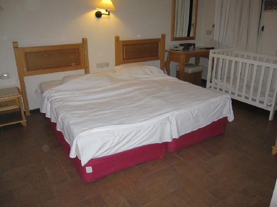 Hotel Zeytinada: Very simple and ugly furniture