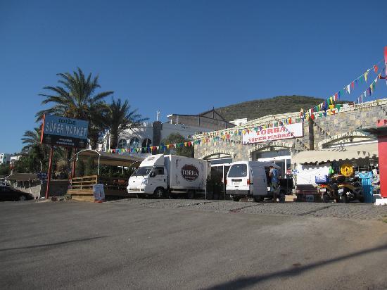 Hotel Zeytinada: Supermarket just across the street