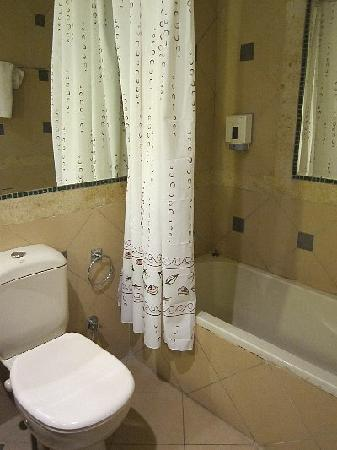 Morris Hotel: バスルーム