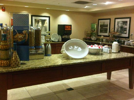 Hampton Inn & Suites Burlington: Breakfast area