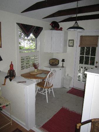 Jasmine House: Kitchen--perfect for the two of us!