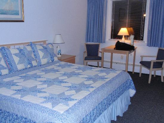 Handkerchief Shoals Motel: Beachy and Comfortable rooms