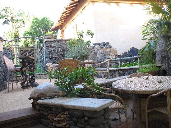 The Inn at Mama's Fish House: BBQ and eating area. They even planted fresh rosemary near the BBQ for a quick seasoning