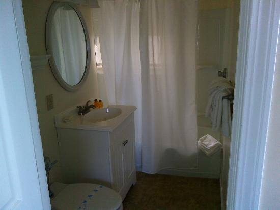 Vineyard Harbor Motel: Bathroom